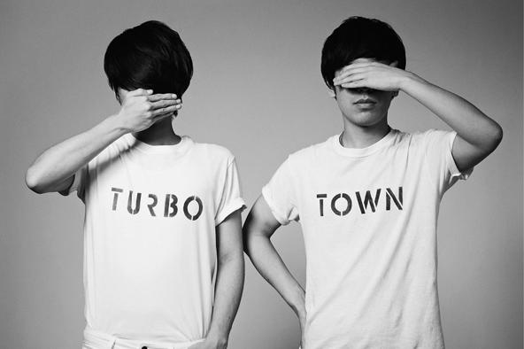 80KIDZ interview<br /> キャリア総括篇④:『TURBO TOWN』<br /> 「夜のクラブから、昼のロック・フェスへ」