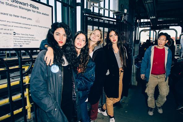 シーンを転覆させる救世主のいない時代に<br /> マドリード出身の女子4人組ハインズが<br /> 全世界から注目されている理由、教えます