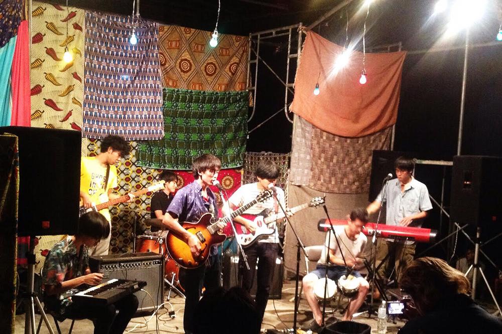 「京都インディ・シーンの今」by 岡村詩野<br /> Part.1:2000年代初頭のブルックリンを<br /> 思わせる学生音楽家たちが蠢く街、京都
