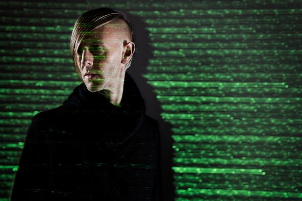 ミニマルの帝王にして電子音楽の革新者、<br /> リッチー・ホウティンが11年ぶりに<br /> プラスティックマン名義の新作発表!